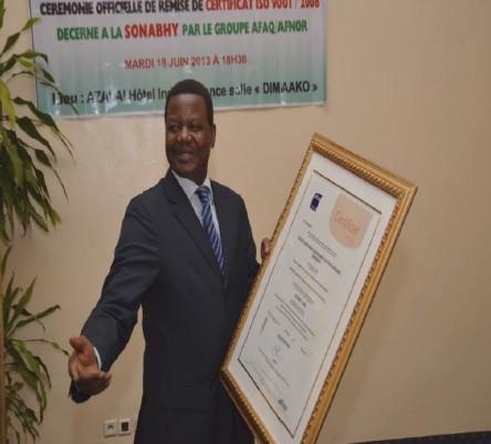Directeur General presentant le certificat ISO 9001/2008