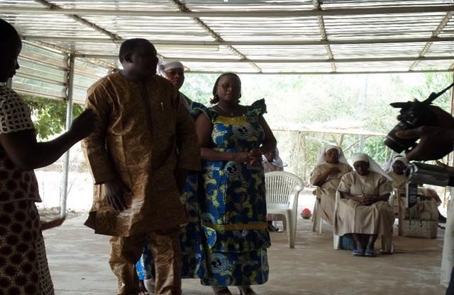 Le geste de l'Amicale des femmes de la SONABHY aux sœurs religieuses retraitées de l'Immaculée Conception de Kossoghin en présence du Directeur Général de la SONABHY.
