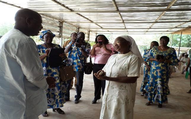 Le geste de l'Amicale des femmes de la SONABHY aux sœurs religieuses retraitées de l'Immaculée Conception de Kossoghin, a été rehaussé par la présence du Directeur Général et par celle de Mr Saka Razack d'OCTOGONE, un des fournisseurs de la SONABHY.