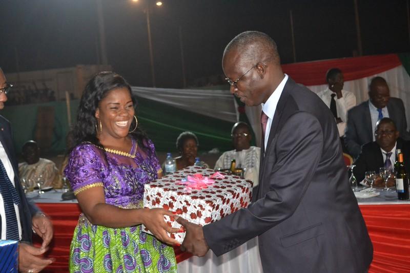 Remise du cadeau des femmes de la SONABHY à Monsieur le Directeur Général